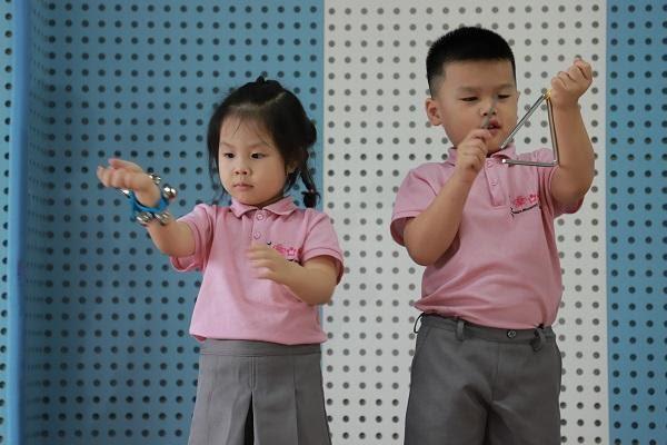 bé học âm nhạc tại trường mầm non Sakuara Montessories